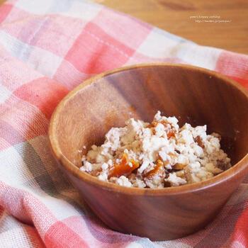 おつまみにも副菜にも使える白あえ。干し柿を入れることで自然な甘さと風味が出て、クルミと干し柿の食感も楽しめる、大人から子どもまで喜ぶ簡単レシピです。