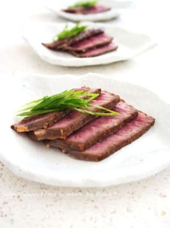 牛の赤身肉は低脂質でよく知られていますが、実はたんぱく質の量が他の部位よりも多いということを知っている方は少ないのではないでしょうか。高たんぱく低脂質の食材として、牛赤身はぜひ、おさえておきたいもののひとつです。  こちらはフライパンでこんがり焼いた牛赤身肉をライムが香るタレに漬け込んで作る幽鬼漬け。ふわりと香るライムが食欲をそそります。