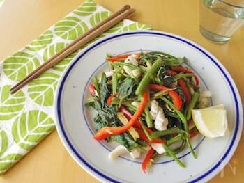 低脂質であることで有名な白身魚よりもさらに低脂質でありながら、タンパク質が豊富な食材がいかです。アミノ酸のタウリンも豊富で、スーパーでも購入しやすく、使いやすい食材であると言えます。  爽やかな食感の空心菜といかを合わせると、食べごたえのあるおかずに仕上がります。ナンプラーとレモンの風味のエスニックな味わいは献立のアクセントになってくれますね。