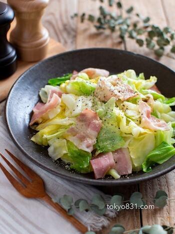 加熱したキャベツとベーコンが美味しい、レンジで作れる簡単サラダです。仕上げはオリーブオイル、粉チーズ、ブラックペッパー。キャベツをたくさん食べたい時にぜひ作ってみてください*