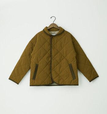 着丈の短い上着の総称である「ブルゾン」。ジャケットやコートよりもカジュアルに着ることができ、動きやすいのも特徴です。キルティングやボアなど、素材によっても雰囲気がぐっと変わります。