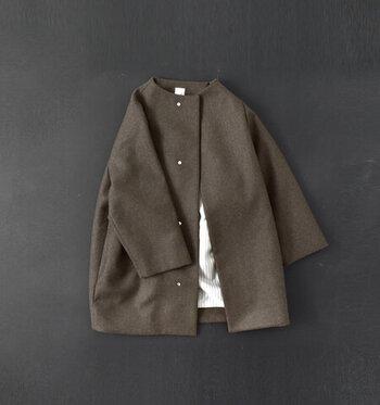 襟がなくスッキリした印象の「ノーカラーコート」。上品な着こなしにぴったりのアイテムです。中に着るワンピースの首元にポイントを持ってきたり、前を開けて裏地を襟のように見せるなど、色々な楽しみ方ができますよ。