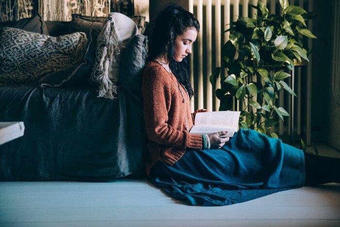 日々の積み重ねでなんとなく心が疲れているのを実感しながらも、自分なりのストレス解消法が見つからないという方もいるでしょう。そんな方には読書がおすすめです。本を読むということは知識を得るだけではなく、さまざまな癒し効果があります。