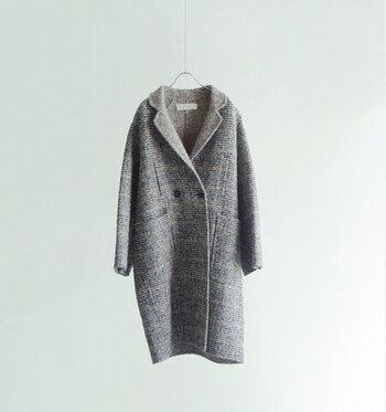 ジャケットを長くしたような形が特徴の「チェスターコート」。カチッとした着こなしからちょっとカジュアルな雰囲気まで、コーデによって様々な見せ方ができるのが便利です。色合いや柄でも雰囲気がガラリと変わりますよ。