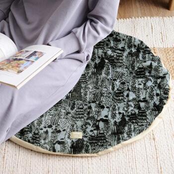 ひんやりする床をカバーしてくれる電気マット。柔らかなマットは、お尻に敷いたり、ひざ掛けとしても使うことができます。電気の力で、しっかり体を温めてくれるので、朝晩の冷え込みが厳しい時にあると便利です。