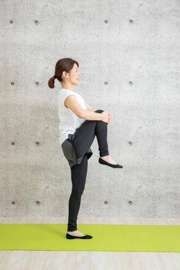 筋トレと同様にストレッチも正しいフォームで行うことが大切。とくに体が硬いとフォームが崩れがちです。真っ直ぐ伸ばしているつもりでも関節が捻じれていたり、姿勢が傾いていたり…。最初のうちは自分の動きが分かりやすいように、姿見で全身を見ながら行うと良いでしょう。