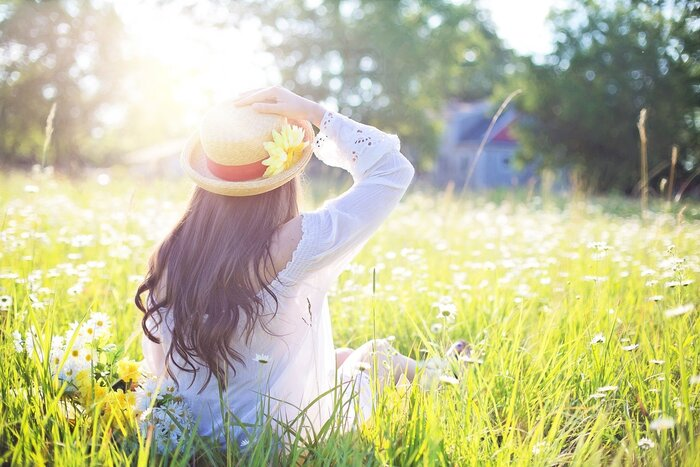 また、なかなか外に出る時間がとれない方は、部屋に花を飾るだけでもリラクゼーション効果が期待できますよ。また、飾る花の色によって得られる癒し効果も違うので、その時の自分の状態にぴったりな花を選ぶのも楽しみが増えていいですよね◎
