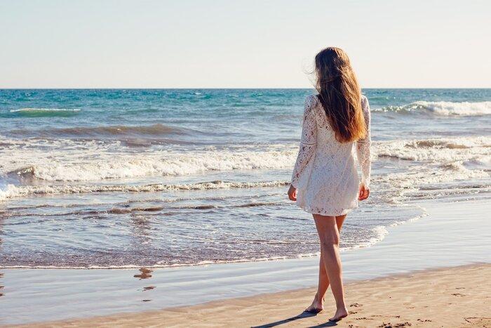 悩んだり落ち込んでしまったとき、ふと「海に行きたい」と感じることはありませんか?それは私たちが無意識に癒しを求めている証拠かもしれません。海の青さには心を鎮め落ち着かせてくれる効果があります。また、壮大な海を目の前にすると自分の悩みなんてちっぽけなんだと実感することも。