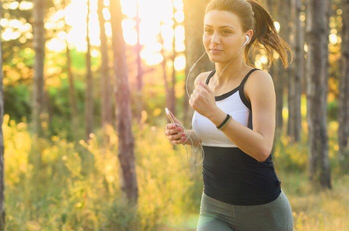 ネガティブな発言が増えてきたり、マイナス思考になってしまう方は有酸素運動がおすすめです。ジョギングや早足での散歩、水泳などの適度な運動を寝る2~3時間前に行うことで、睡眠や気分の改善に効果があります。