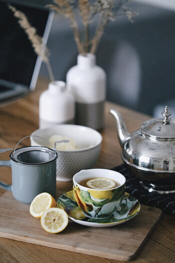 カッティングボードの上にカップ&ソーサーをのせて。用途を活かして、紅茶に入れるカットレモンものせても、またおしゃれなアクセントに。華やかなカップ&ソーサーを引き立てるように、他のアイテムは、落ち着いたカラーで揃えるとバランスが◎