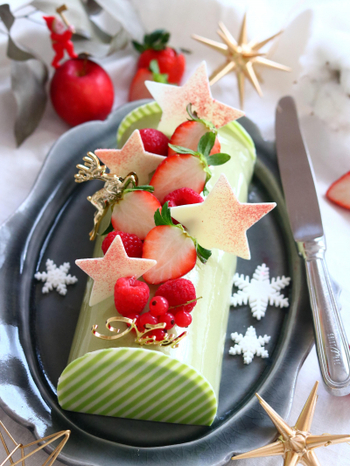 ピスタチオ風味の生地に刻みチョコレートを入れた、大人のブッシュドノエル。ピスタチオペーストを使って濃厚な味わいに仕上げます。手間がかかりますが、せっかくのクリスマスですから、時間をかけてケーキを作るのも素敵な思い出。作る工程も楽しんで♪