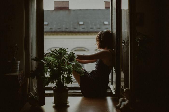 """独特の感性を他の人に指摘された過去がある人の場合、本当の自分を見せるのが怖くなってしまう""""繊細さん""""は多いと思います。「どうせ分かってもらえない」と思うことで自分の殻をかぶるようになり、その殻に合った人たちが集まってきてしまいます。これでは余計に自分を出せずに苦しい思いをしてしまいますよね。"""