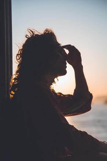 """""""繊細さん""""は常にアンテナを張っているので、不要な刺激に疲れてしまうことがよくあります。聞こえなくてもいい音、見えなくてもいい光、嗅がなくてもいい臭いなど。感覚が研ぎすまされるのは良いことですが、多くの情報にストレスを感じてしまいがち。"""