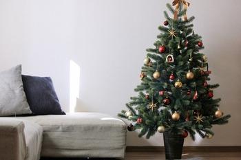 こちらのブロガーさんが選んだのは、120cmのクリスマスツリーです。リビングのソファー横にぴったりのサイズ感。大きすぎず、小さすぎず適度に華やかさを与えてくれるサイズです。寝室にも置きやすいでしょう♪