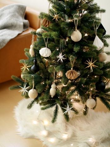 クリスマスツリーは飾り付け次第で雰囲気も様変わり。小さなお子様がいるご家庭ではかわいらしくカラフルな飾りつけで華やかに。大人インテリアになじませたいときには、こちらのブロガーさんのような、ベージュやホワイト、ブラックなどのシックな色合いの北欧風オーナメントで仕上げてみましょう♪