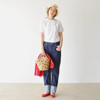 白Tシャツを選ぶ時には、体にフィットしすぎないジャストサイズを選ぶことがポイントです。デニムにインをして、帽子で視線を上に持ってきたり、コンパクトな小物や明るいアイテムで差し色をプラスすると、アイキャッチになります。