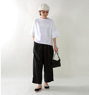 白Tシャツ1着で着こなしが決まる、5分袖のロゴTシャツ。気になる二の腕をさりげなく隠す袖丈が、より着痩せ効果の出るポイントです。