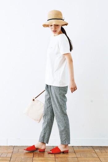 白Tシャツの丈もこだわりたいところ。ウエストまわりをふんわり隠してくれる、ほど良い長さを選ぶとよりキレイなラインに。また、テーバードパンツのすっきりとしたシルエットのボトムと合わせ、ビビッドなカラーのインパクトのあるシューズで足元にアクセントを◎