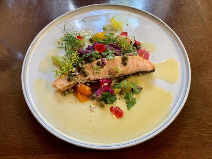 """ランチでは美術館とのタイアップメニューがいただけます。こちらは、三菱一号館美術館10周年記念として開催されている""""ルドン、ルートレック展""""をイメージしたお料理「Vision(ヴィジョン)-モノクロから色彩へ-」です。お花畑のような華やかさが美しいひと皿です。"""