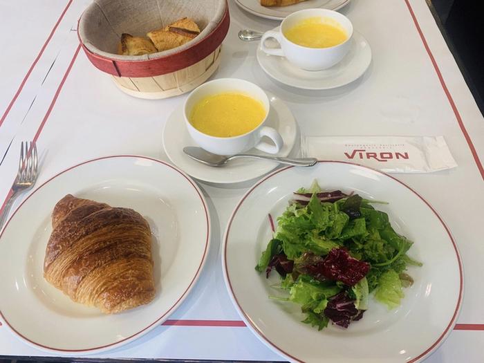 パリの朝食といえば、クロワッサン。9時~11時までのモーニングでは、香ばしいクロワッサンがいただけますよ。フランスのエシレバター がたっぷり使われていて、豊かな香りが口いっぱいに広がります。ほかにもサンドイッチやタルティーヌなどもあるので、ちょっぴり贅沢な気分を楽しめますよ。