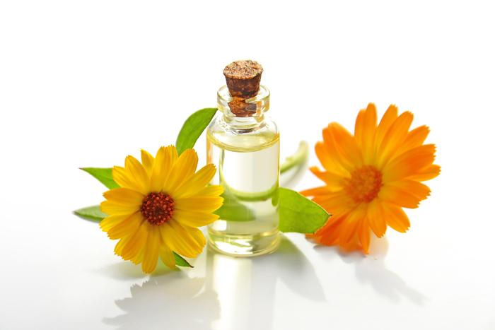 アロマの香りは、鼻から脳に伝わって自律神経を刺激し、心の緊張を解きほぐしてくれます。また、リラックスしたりスッキリしたり、その日の自分の状態に合わせて香りを選ぶことで日々のアロマタイムを楽しむこともできますね◎