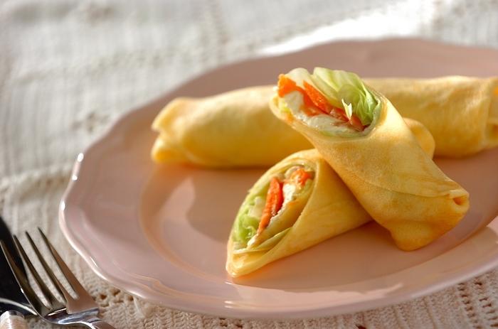 スモークサーモンとクリーミーなクリームチーズを包んだサラダ感覚で食べられるクレープです。手作りのクレープ生地はなるべく薄く焼き上げると食感が良くなり、具材とのバランスも良くなります。内側の具材は火を通さなくてもいいものばかりなので、クレープ生地だけ作っておけばOK。具材をお好みのものに変えていろいろアレンジがききそうなのもうれしいですね♪