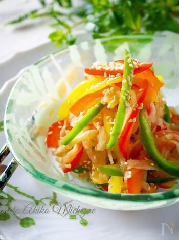 電子レンジだけで作れる、切り干し大根とパプリカのサラダ。最初に切り干し大根を加熱し、その上にピーマン、パプリカをのせてさらにレンジで加熱します。洗い物が少なく出来るのも嬉しいです◎