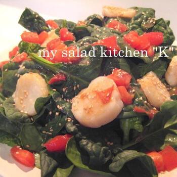 サラダほうれん草とトマト、ホタテを使ったホットサラダ♪温かいドレッシングをかけるので、寒い季節にぴったりです。ホタテ以外のシーフードでもアレンジ可能です◎