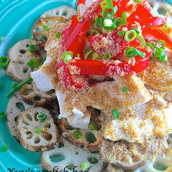 炒めたレンコンと蒸し鶏を使えば、ヘルシーなのに満足感のあるサラダに仕上がります!パプリカと万能ネギを加えれば、彩りも鮮やかです。