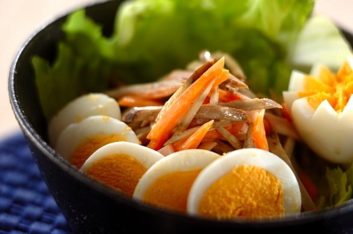 こちらもスイートチリソースを使って手軽に美味しくつくれます♪ゴボウとニンジンの加熱もレンジでできるのでとっても簡単。レタス、ハム、卵も加えた栄養バランスも良い一品です。