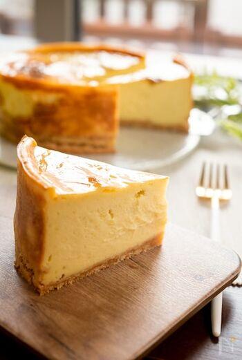 スイートポテト風のチーズケーキのレシピです。レンジで火を通したさつまいもとクリームチーズをミキサーで混ぜれば、簡単にチーズケーキのベースの出来上がり。さつまいもの消費レシピにもおすすめですよ。
