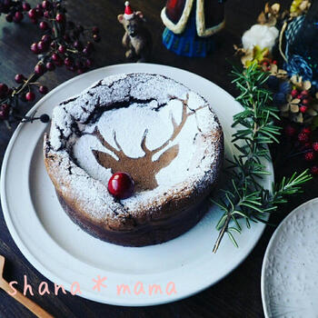 定番人気のスイーツ、ガトーショコラのクリスマスバージョン。トナカイの型紙を当てて、茶こしで粉砂糖をふるだけです。シンプルですが、おしゃれで大人っぽく、ホームパーティーのテーブルが盛り上がりそう。