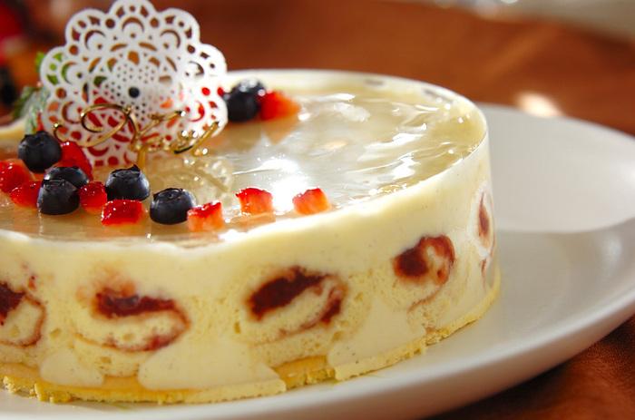 ビスキュイ生地をくるくるして敷き詰め、白いババロアで固めたユニークなムースケーキ。上品で華やかなホワイトケーキは、聖夜にふさわしい美しさです。