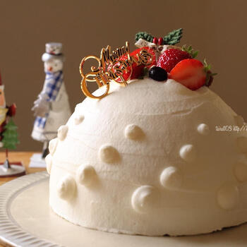 たまには、こんなドーム型のいちごケーキはいかが?真っ白い雪山を思わせるような美しいドームケーキには、オーナメントやプレートだけのシンプルなデコレーションがおすすめ。印象的で大人っぽいおしゃれさがありますね。
