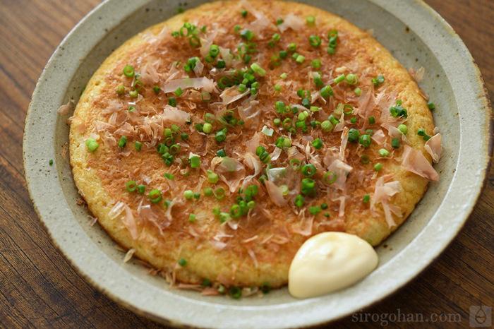 山芋の旬は11月〜1月。繋ぎや具材は入れず、山芋と卵だけで作れます。ふわふわ感を出すために薄く伸ばすのではなく、ある程度厚さを保つのがポイント。ソースとマヨネーズでお好み焼き風に食べても、ポン酢でサッパリ食べても◎