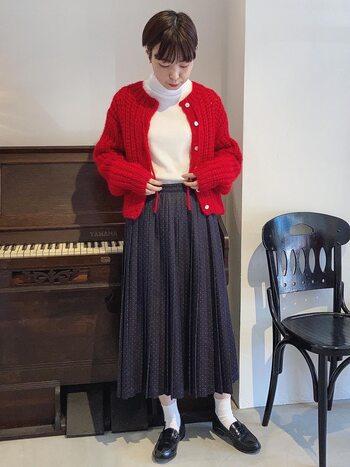 白のタートルに黒のフレアスカート、そこにビビッドな赤のカーディガンを羽織れば、たちまちドラマチックな装いに。ちょっとしたお呼ばれにもOKな着こなしが完成します。