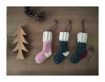 ちょっと変わった色使いがオシャレな北欧風のクリスマス靴下のオーナメント。ピンクとベージュの組み合わせや、濃緑+かかと赤、濃緑+かかとベージュがあり、サイズはどれも縦15×横4(cm)で、3つ並べて吊るしたり、個々に飾ってもオシャレ。