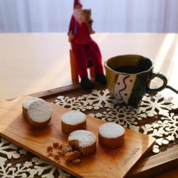 ホロホロの口溶けが特徴のポルボロン。フランスではブールドネージュ、アメリカではスノーボールの相性で親しまれていますが、スペインが発祥のお菓子なんです。  食感の秘密は小麦粉を一度ローストすることにあります。口の中に入れて、クッキーが溶けてなくなる前に、「ポルボロン」と3回唱えられたら幸せが訪れると言われているんですよ。