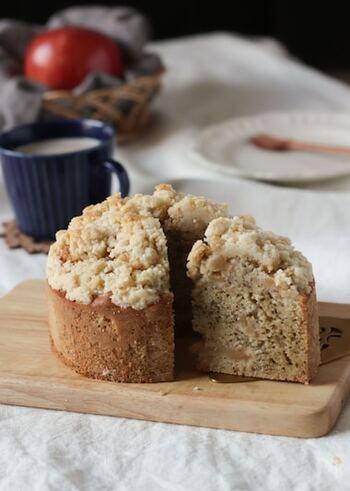 米粉とアーモンドパウダーと砂糖で作るクランブルは、ざくざく食感でケーキのアクセントに。ケーキのスポンジには相性ピッタリの紅茶とりんごを混ぜ込みます。一味違うケーキは、プレゼントやおもてなしにも喜ばれるはず。