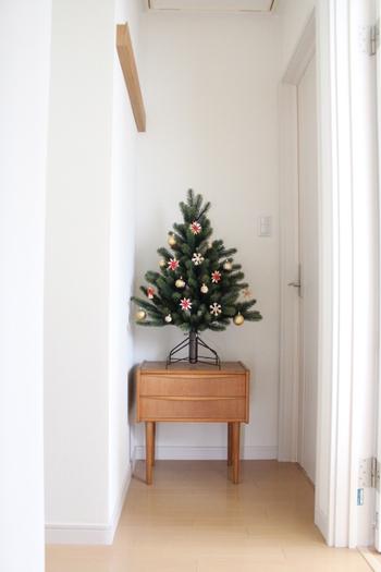 小さめのツリーでも、高さがあると存在感がアップします。台の上にのせるなどして、置き場所も工夫してみましょう。こちらのブロガーさんのようにウッド調の家具の上にのせれば、ナチュラルで北欧感もアップしますね♪