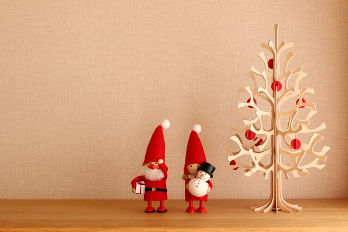 こちらのブロガーさんが飾っているのは、「lovi(ロヴィ)」の小さなツリーと「Nordika Design(ノルディカデザイン社)」のニッセ(サンタのお手伝いをする北欧の妖精)の木製人形。どちらも北欧発のブランドで、とってもかわいらしいアイテムです。ツリーの赤い実と人形の赤が調和していて統一感がありますね。ちょっとしたクリスマス小物を数点置くだけでも気分が変わりますよ♪