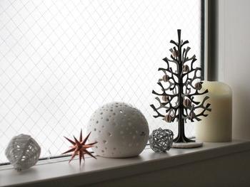 クリスマスの置物では、キャンドルホルダーもおすすめです。形がクリスマスに似合うものを選ぶと、ライトを付けていない昼間にも目を楽しませてくれるでしょう。ほかの小物とのバランスをとって飾ってみてください♪