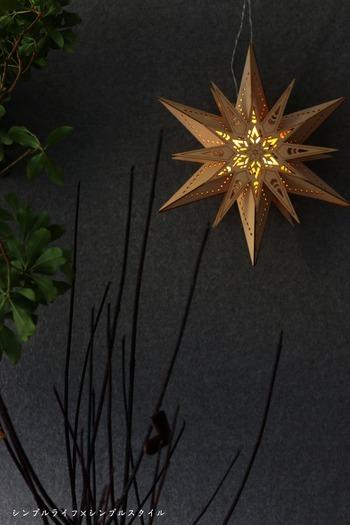 ライトアップはキャンドルのほかに、吊るすライトも素敵です。もちろんダブルで使ってもOK。こちらのブロガーさんが使っているのは、ウッド素材の星の中にライトが入っているタイプ。星のモチーフが立体的なので、隙間から漏れる光にも立体感があるのが魅力です♪