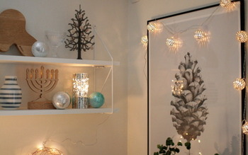ライトは、小さいものをいくつか吊るすのもおすすめです。明かりが広がって華やかな雰囲気が出るでしょう。リビングや寝室のほかに、トイレや玄関などでもOK。おうちをクリスマス仕様にライトアップしてみてください♪