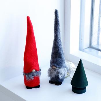 「Larssons Tra(ラッセントレー)」は、スウェーデン南西部発のブランドです。スウェーデンの木材を存分に生かしたインテリア製品を作っています。中でも北欧インテリアの小物には定評があり、ブランドの主力アイテムです。  こちらは、ツリーのように長い帽子がとってもキュートな妖精トムテの置物。スウェーデンでサンタクロースはトムテと呼ばれています。見ているだけでほっこり気分に。