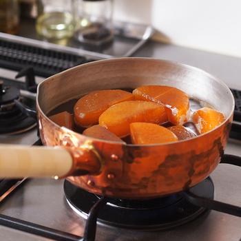 """煮終わったら火を止めて、しばらく放置する""""鍋どめ""""をしておきましょう。煮汁に付けながら冷ますことで中まで味が染み込みます。しっかり味を染み込ませたいなら、鍋どめの時間を確保しなければならないので、食事作りは煮物からスタートするといいですね。"""