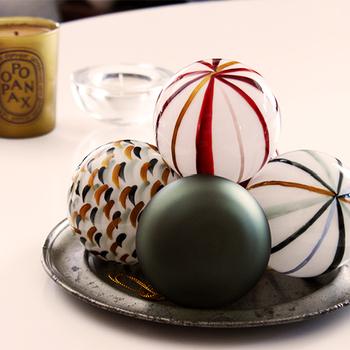 とってもかわいらしい球体のオーナメントです。そのまま重ねて置いても様になるデザイン。ハンドペインティングの味わい深い柄も魅力です。
