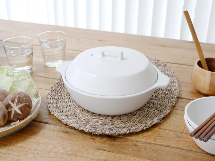お鍋ととんすい、セットで用意したい方は、KINTOのKAKOMIシリーズの土鍋&とんすいがおすすめです。土鍋はちょっと大きめサイズ。和洋中どんな料理にも使えるシンプルなデザインです。直火、IH、電子レンジ、オーブン(鍋本体のみ)と幅広く使えるので、普段のお料理でも大活躍してくれます。