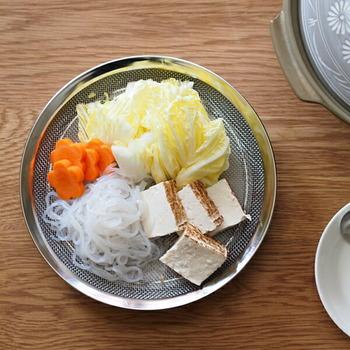 用意した具材を並べておくザルやトレーも用意しておくと便利ですよ。こちらは、野菜や豆腐の水切りもできる、ステンレス製のザル。脚が付いているところがポイントです。別売りのトレーと一緒に使えば、洗ってそのままテーブルに並べることもできますね。