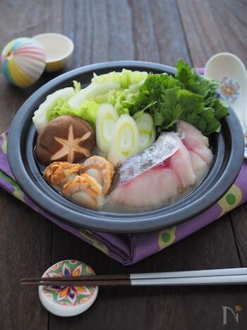 出汁と柚子胡椒の香りただよう、王道の和風出汁鍋のレシピです。お魚や貝からも出汁が出るので、しっかり煮込んで召し上がれ。